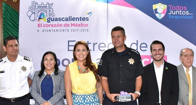 ¡Condecoran Ayuntamiento capital y empresarios locales desempeño de policías municipales!