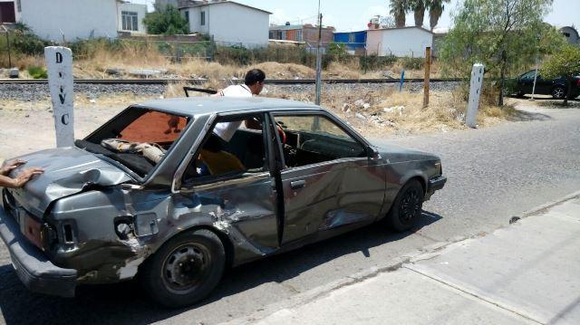 ¡Automovilista fue embestido por el tren en Aguascalientes y salió ileso!