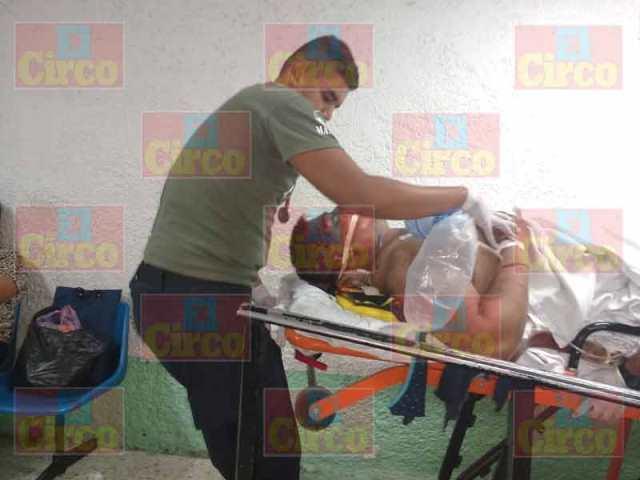 ¡5 lesionados tras fuerte choque-volcadura entre camioneta y auto en Lagos de Moreno!