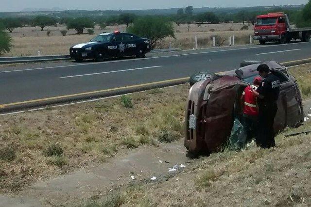 ¡6 zacatecanos lesionados tras la volcadura de una camioneta en Lagos de Moreno!