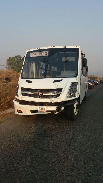 ¡Mujer automovilista lesionada tras ser chocada por un camión de transporte de personal en Aguascalientes!