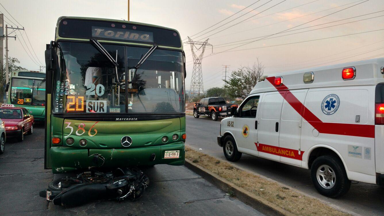 ¡Joven cayó de su motocicleta y ésta fue arrastrada por un camión urbano en Aguascalientes!