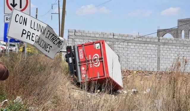 ¡Volcadura de un camión de helados dejó 1 muerto y 1 lesionado en Jerez, Zacatecas!