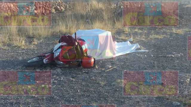 ¡Motociclista murió tras una fuerte caída en Lagos de Moreno!