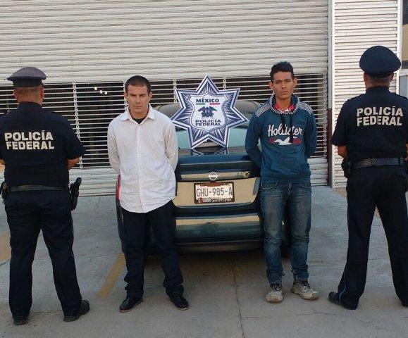 ¡2 sujetos robaron con violencia un auto en León y fueron detenidos por policías federales en Lagos de Moreno!