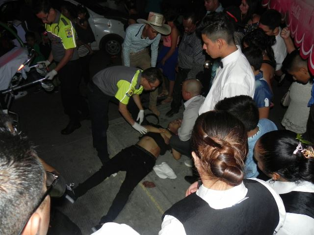 ¡Agoniza joven herido en una riña afuera del salón del Alba en Aguascalientes!