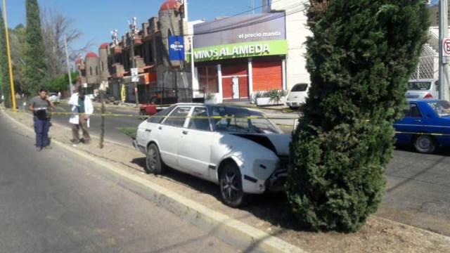 ¡Septuagenario infartado choca contra un árbol y muere en Aguascalientes!