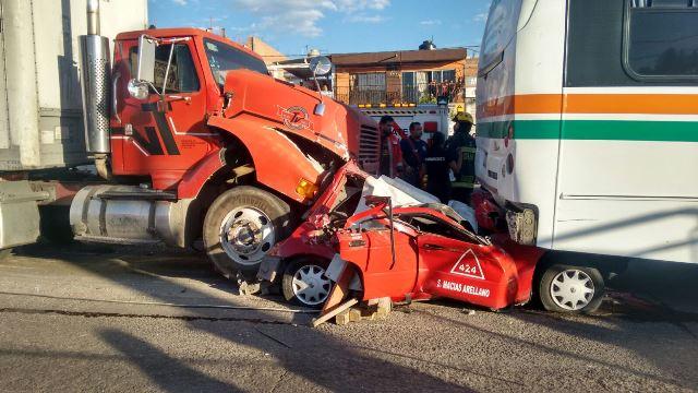 ¡Tráiler sin frenos destrozó un taxi en Aguascalientes: 1 muerto y 10 lesionados!