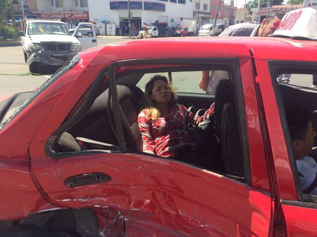 ¡2 lesionados dejó aparatosa carambola entre 3 vehículos en Aguascalientes!