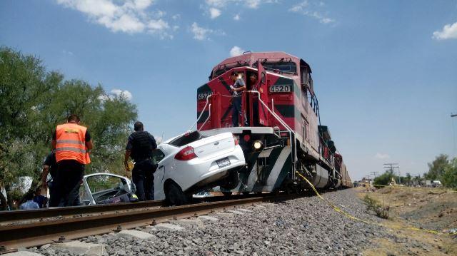 ¡Tren embistió y arrastró 300 metros un auto en Aguascalientes: 2 hermanos lesionados!