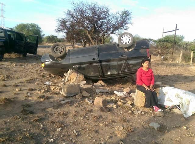 ¡Esposos lesionados tras la volcadura de un automóvil en Aguascalientes!