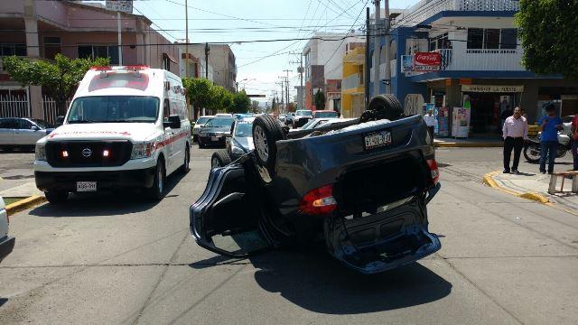 ¡3 lesionados dejó fuerte choque-volcadura entre 2 autos en Aguascalientes!