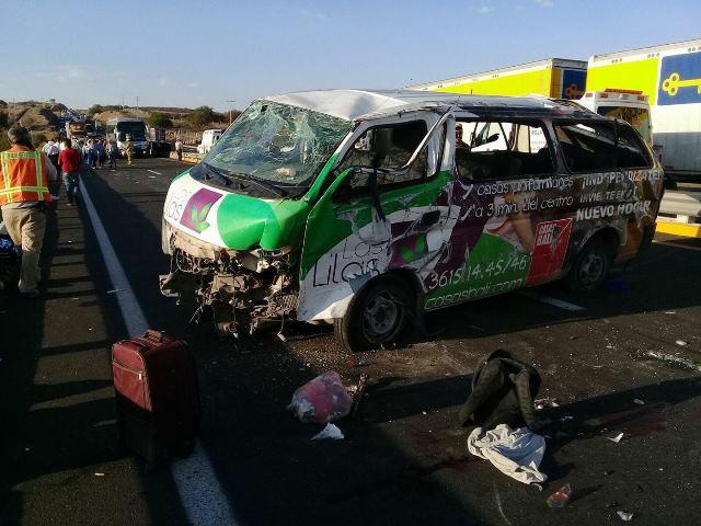 ¡4 muertos y 10 lesionados tras la volcadura de una camioneta en San Juan de los Lagos!