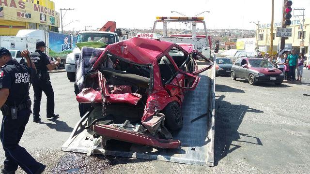 ¡Tráiler impactó un taxi en Aguascalientes: 5 lesionados!