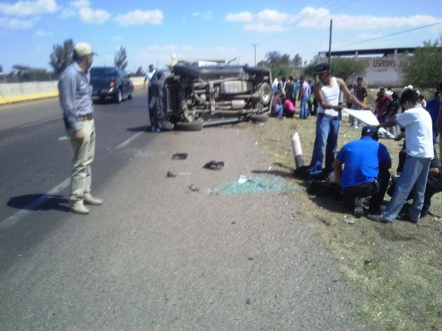 ¡Volcadura de camioneta en Aguascalientes dejó 6 lesionados; uno fue llevado al hospital en helicóptero!