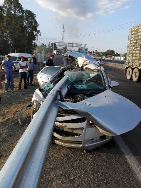 ¡Banda metálica se incrustó y atravesó un auto en Aguascalientes y el chofer salió ileso!