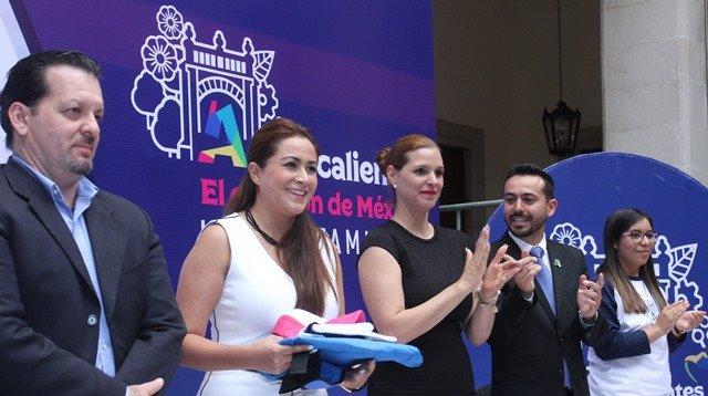 ¡Tere Jiménez entregó becas de movilidad internacional a jóvenes que llevarán el corazón de México al mundo!