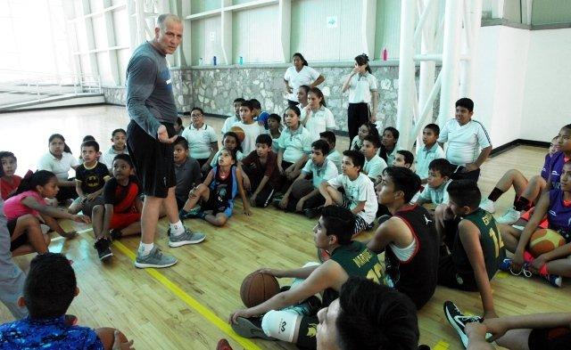 ¡Gran respuesta a las clínicas del IDEA con el entrenador de la NBA, Bob Mackinnon Jr.!