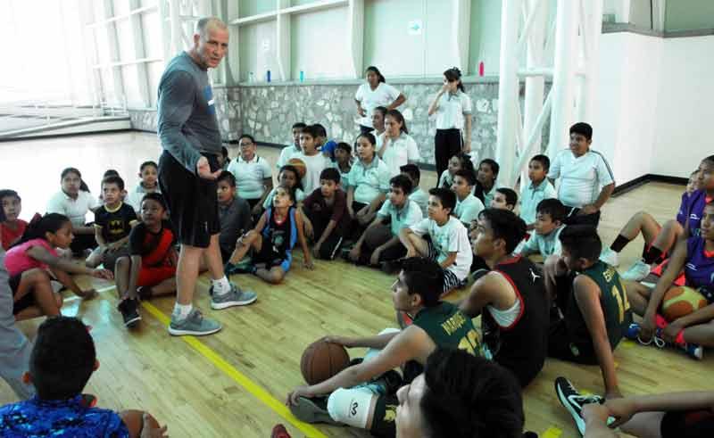 ¡Gran respuesta a las clínicas del IDEAcon el entrenador de la NBA Bob Mackinnon Jr.!