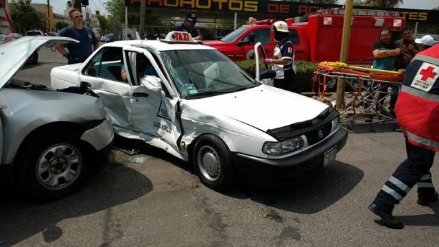 ¡1 lesionado tras fuerte choque entre una camioneta y un taxi en Aguascalientes!