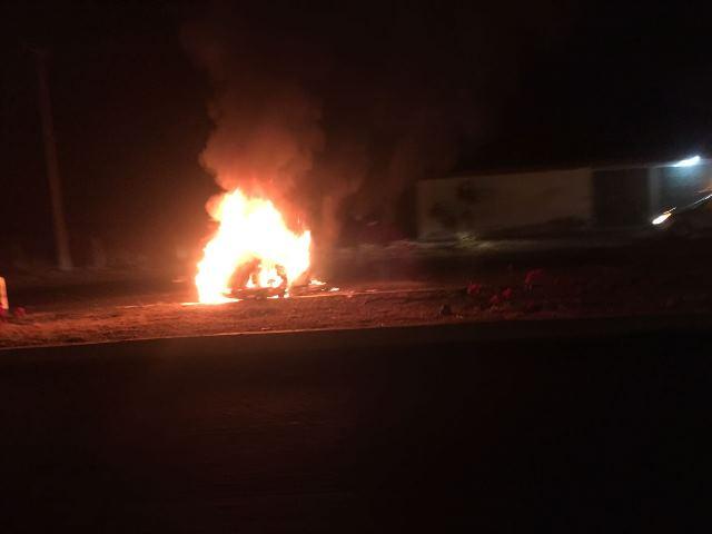 ¡Grave doctor que volcó e incendió su auto en Aguascalientes!