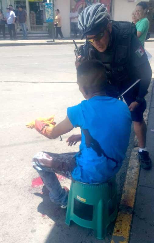 ¡Sujeto casi mata a machetazos a su hermano afuera de un mercado en Aguascalientes!