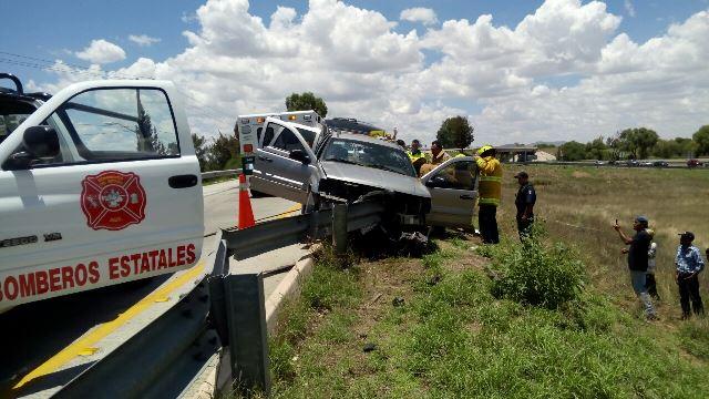 ¡Camioneta choca contra muro de contención en Aguascalientes: dos lesionados!