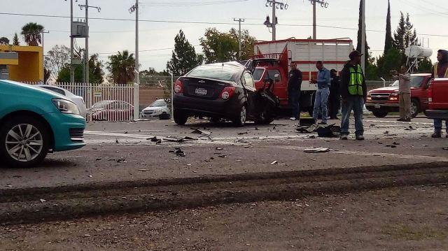 ¡Choque frontal entre un tráiler y un auto en Aguascalientes: 2 muertos y un herido!
