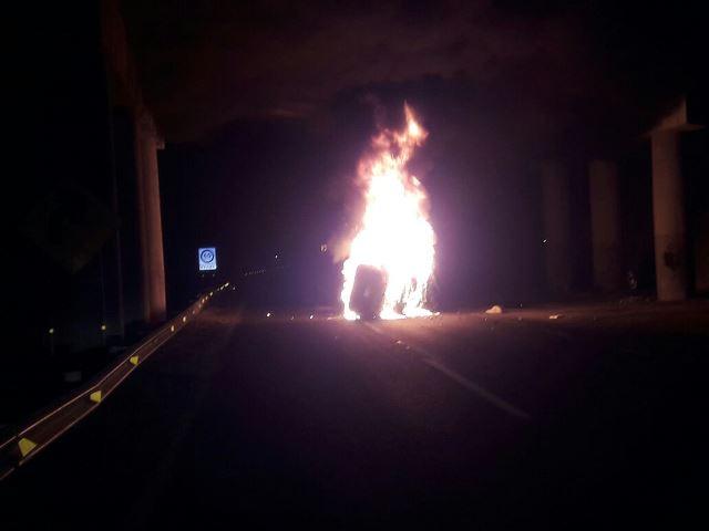 ¡Auto Jetta se vuelca y se incendia en Aguascalientes: 3 lesionados, entre ellos una bebé!