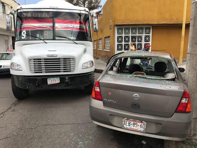 ¡Choque entre camión urbano y automóvil en Aguascalientes dejó 2 lesionados!