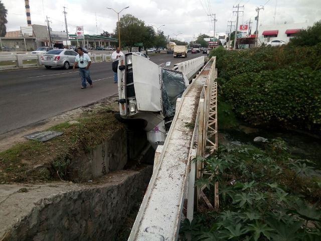 ¡Camioneta volcó y estuvo a punto de caer a un arroyo en Aguascalientes: 2 lesionados!