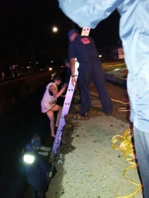 ¡Rescatan a pareja que cayó a profunda zanja en Aguascalientes!