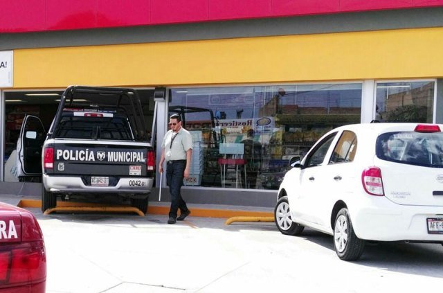 ¡Patrulla de la Policía Municipal se metió a una tienda OXXO en Aguascalientes!
