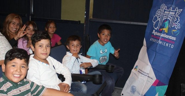 ¡Municipio fomenta cultura económica con funciones de cine itinerante!