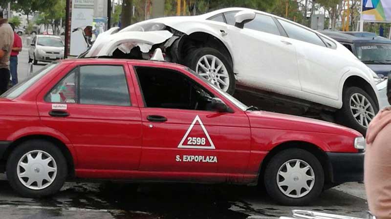 ¡Chocan dos autos y uno terminó encima del otro en Aguascalientes!
