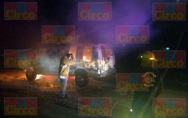 ¡Comerciante discutió con su mujer y ella le incendió su camioneta con mercancía en Lagos de Moreno!