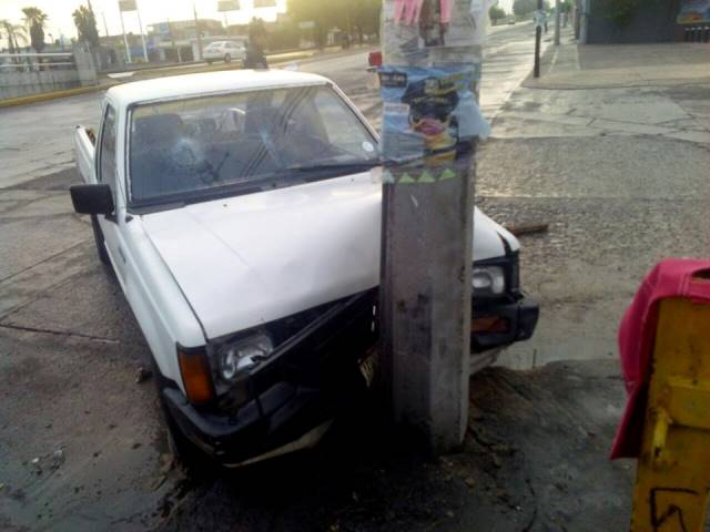¡Ebrio conductor provocó aparatoso choque en Aguascalientes: 2 heridos!