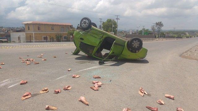 ¡Carambola-volcadura entre 3 vehículos dejó 2 lesionados en Lagos de Moreno!