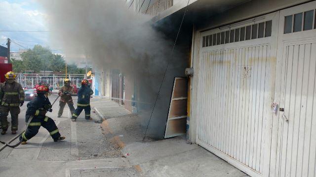 ¡Incendio acabó con una camioneta en un taller de balconería en Aguascalientes!