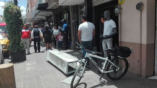 ¡Mujer lesionada al caerle encima un anuncio espectacular en Aguascalientes!