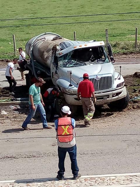 ¡Pipa se volcó en Aguascalientes y el conductor resultó lastimado!