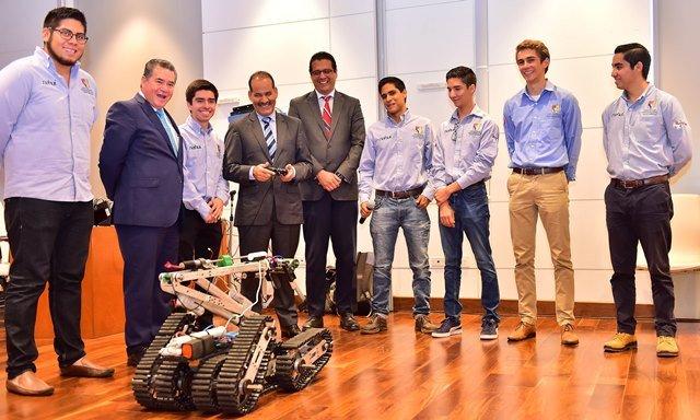 ¡Gobernador se reúne con estudiantes que participarán en concurso mundial de robótica!