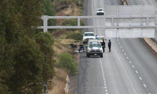 ¡Mujer ejecutada a balazos apareció a la orilla de una carretera en Zacatecas!
