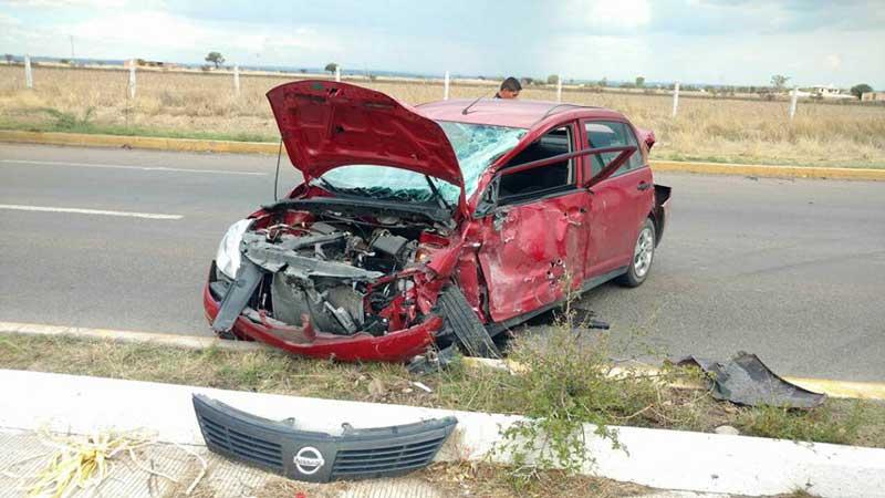 ¡Choque de dos vehículos deja saldo de una mujer prensada, está grave!