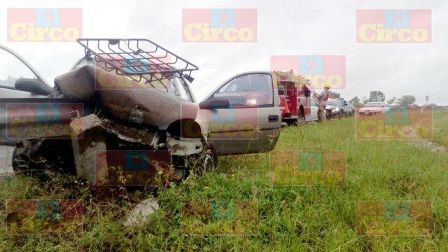 ¡Auto se impactó contra barra de contención en Lagos de Moreno: 2 lesionados!