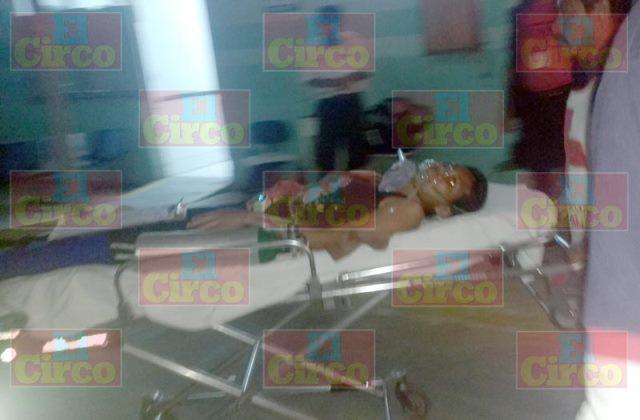 ¡2 adultos y 1 bebé lesionados tras caer de una motocicleta en Lagos de Moreno!