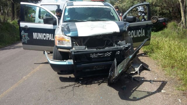 ¡Chocó patrulla de la Policía Preventiva en Aguascalientes contra auto y lo volcó: 4 lesionados!