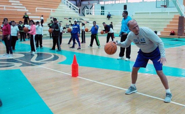 ¡En Rincón de Romos la clínica de baloncesto del IDEA con Bob Mackinnon Jr.!