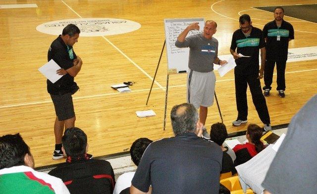 ¡La clínica de baloncesto del IDEA con Bob Mackinnon Jr. llegó a Tepezalá!