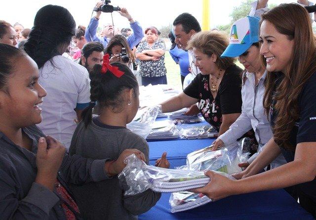 ¡Niñas y niños de escasos recursos regresarán a clases con zapatos nuevos gracias a Tere Jiménez!